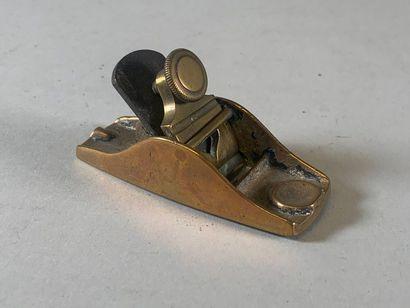 Rabot de luthier en bronze dont le coin est...