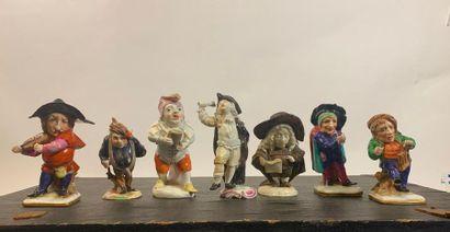 Sept figurines grotesques en porcelaine de...
