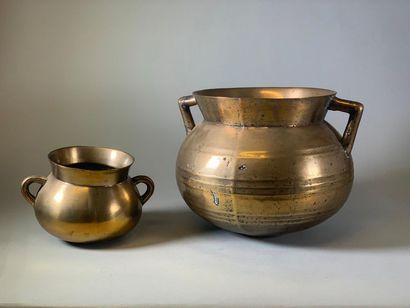 Deux marmites en bronze. XVIIIème siècle....