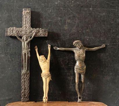 Trois Christ : un modèle en étain, un autre...