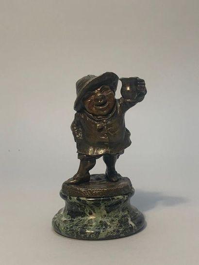 Pyrogène en bronze représentant un nain tenant...