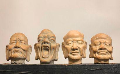 Quatre têtes de bouddha en terre cuite.  Haut....