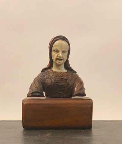 Statuette fragmentaire d'une femme au visage...