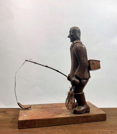 Statuette d'un pêcheur à la ligne en bois...