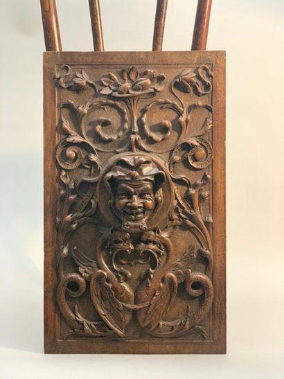 Panneau en bois de noyer sculpté de chimères,...