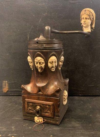 Moulin à café dit Louis XIV en noyer avec...