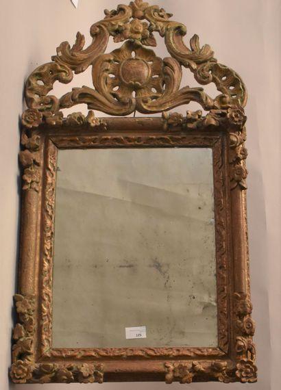 GLACE en bois doré et sculpté à décor de...