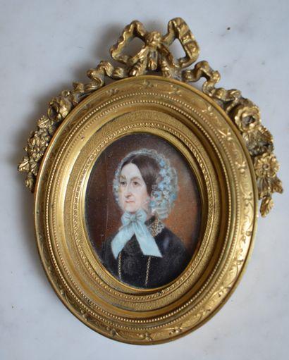 MINIATURE ovale : Portrait de femme au bonnet...