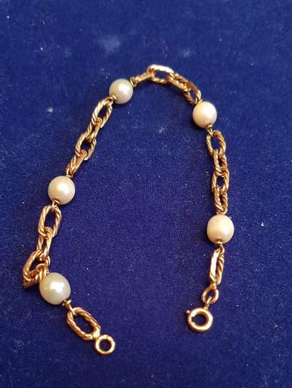 BRACELET chaînette en or à cinq perles. Poids...