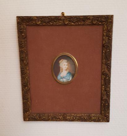 MINIATURE ovale : Portrait de femme en robe...