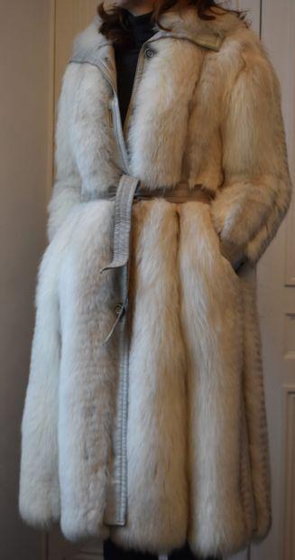 MANTEAU DE FOURRURE et cuir blanc. G. R....