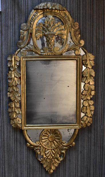 GLACE en bois doré (éléments anciens redorés)....