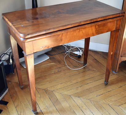 TABLE à jeu en acajou et placage. XIXe siècle....
