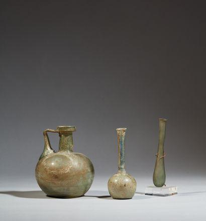 Lot composé de trois vases : un balsamaire...