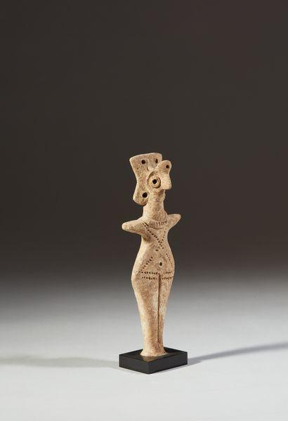Statuette représentant une idole anthropomorphe...