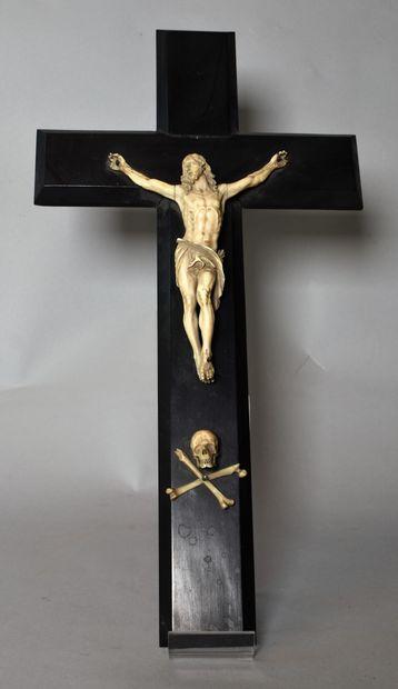 CRUCIFIX en bois noir avec Christ en ivoire...