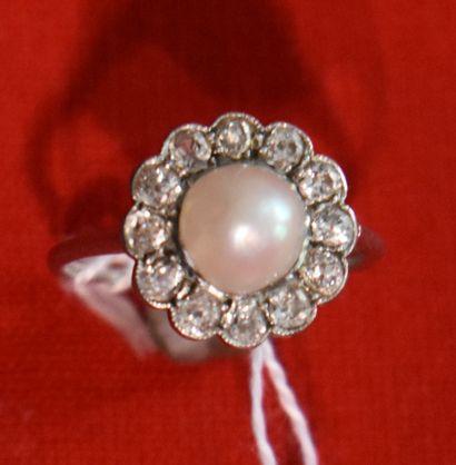 BAGUE en or gris sertie d'une perle dans...