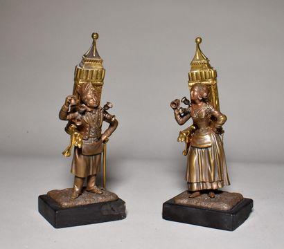 DEUX STATUETTES en bronze patiné et doré...