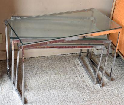 TROIS TABLES gigogne en inox et verre.  Lot...