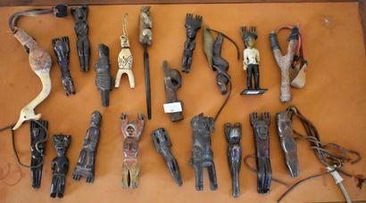 LOT D'ENVIRON 19 LANCE-PIERRES en bois sculpté....