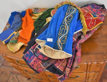 LOT DE TISSUS et costumes mexicains divers....