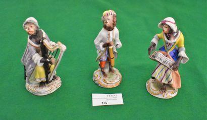 TROIS STATUETTES en porcelaine de Saxe :...