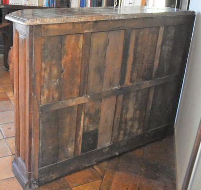BUFFET de boiserie en bois sculpté mouluré en chêne, ouvrant à deux portes, dessus...