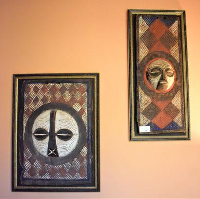 DEUX PANNEAUX africains à décor de masque...