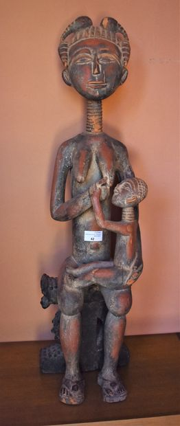 STATUETTE de femme allaitant en bois peint...