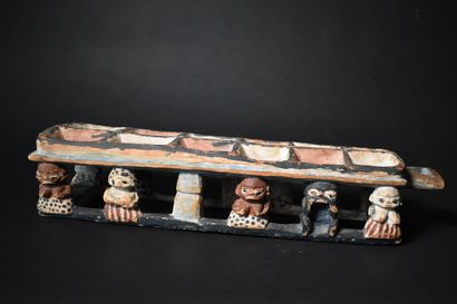 JEU de awalé en bois peint sculpté de personnages....