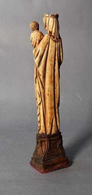 STATUETTE de Vierge à l'Enfant de style gothique...