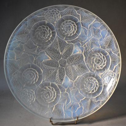 COUPE en verre opalescent, à décor de fleurs...