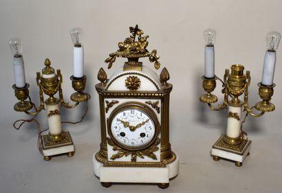 PENDULE borne en marbre blanc et bronze doré,...