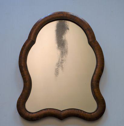 GLACE DE TABLE mouvementée en bois de placage...