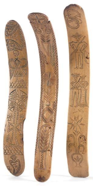 Trois buscs de corset en éclisses de bois d'essences diverses à décor gravé rehaussé...