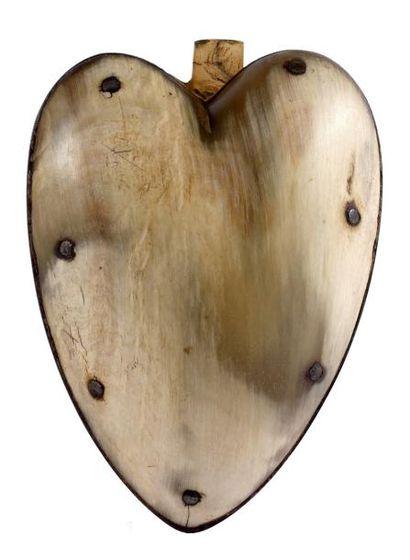 Tabatière en forme de coeur en corne blonde,...
