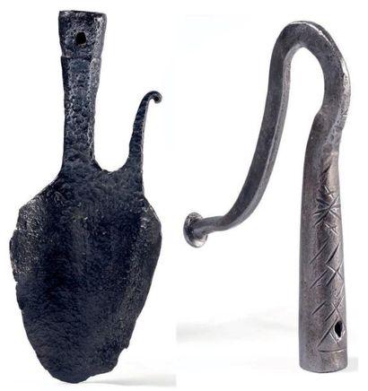 Deux fers de houlettes de berger en fer forgé, l'un en forme de crochet, l'autre...