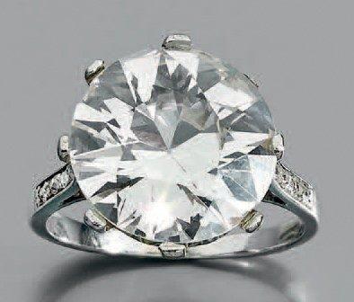 Bague en or gris ornée d'un diamant demi-taille,...