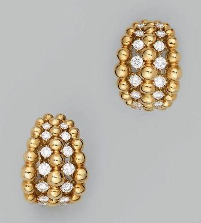 Paire de clips d'oreilles en or jaune formés...