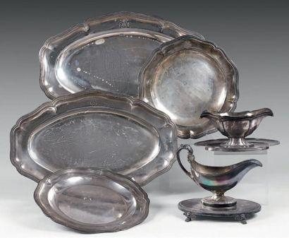 Trois plats longs en argent à décor de contours...
