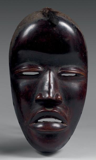Masque facial. Bois dur, coloration noire,...