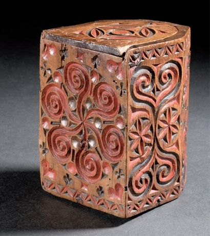Boîte à missel en pin à décor sculpté polychrome...