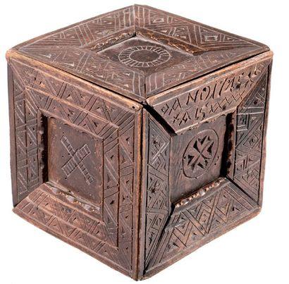 Boîte cubique à secret à décor de motifs...