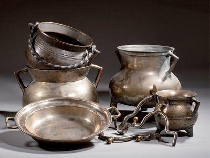 Plat creux à deux anses en bronze. France...