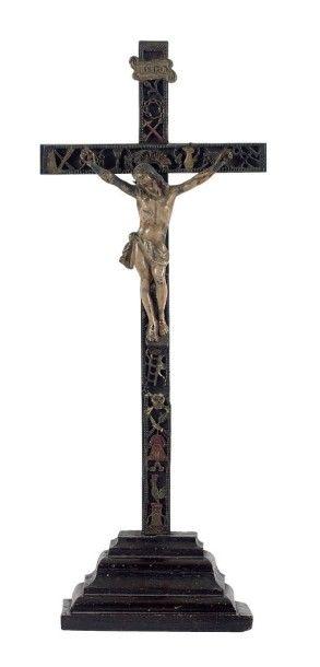 Grand crucifix en bois ébonisé. Le montant...