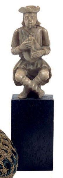 Statuette au joueur de cornemuse en albâtre....