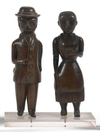 Couple de bourgeois Deux statuettes en bois...