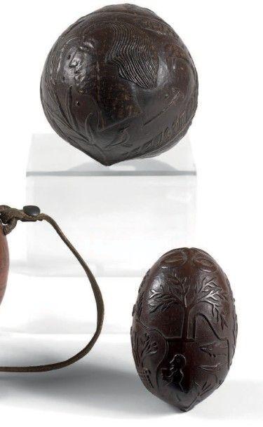 Deux noix de coco gravées L'une ornée d'un...