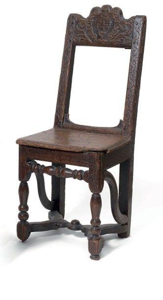 Chaise pour enfant en chêne. A dosseret incliné...
