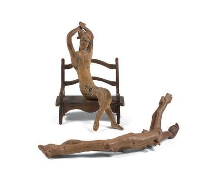 Deux sculptures une femme sur un banc, une...